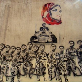 21. Il volto di Samira Ibrahim sovrasta le forze militari - Ammar Abu Bakr -