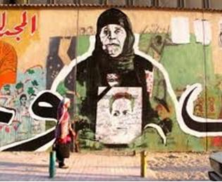 27. Madre del martire che tiene in mano una foto del figlio scomparso